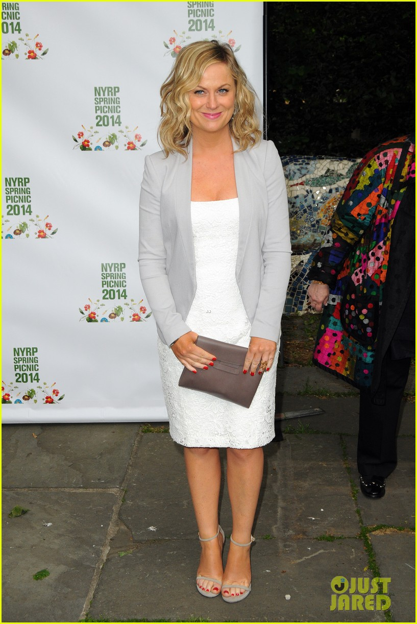 amy poehler drops by bette midler annual spring picnic 01