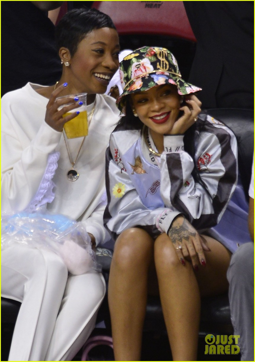 rihanna cheers on lebron james at nets heat game 04