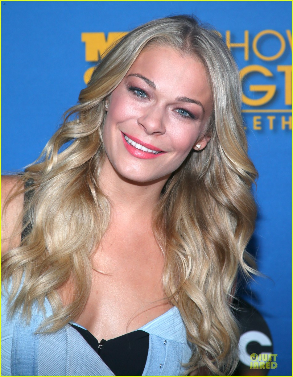 leann rimes flexes at mda telethon 043112294