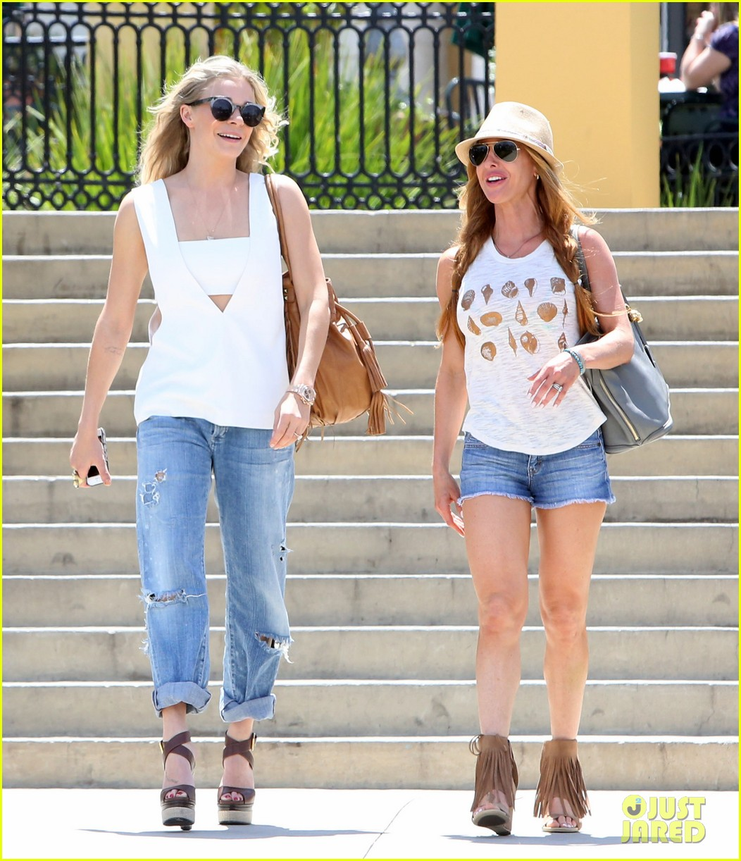 leann rimes shows some skin in cut out tank top 03
