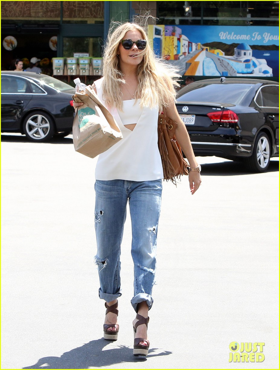 leann rimes shows some skin in cut out tank top 09