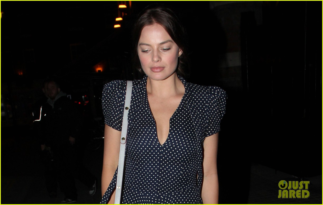 margot robbie pairs her polka dot dress with cute lace up shoes 02
