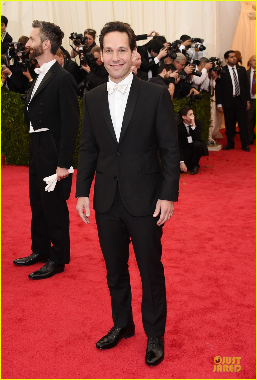 paul rudd happy tuxedo met ball 2014 01