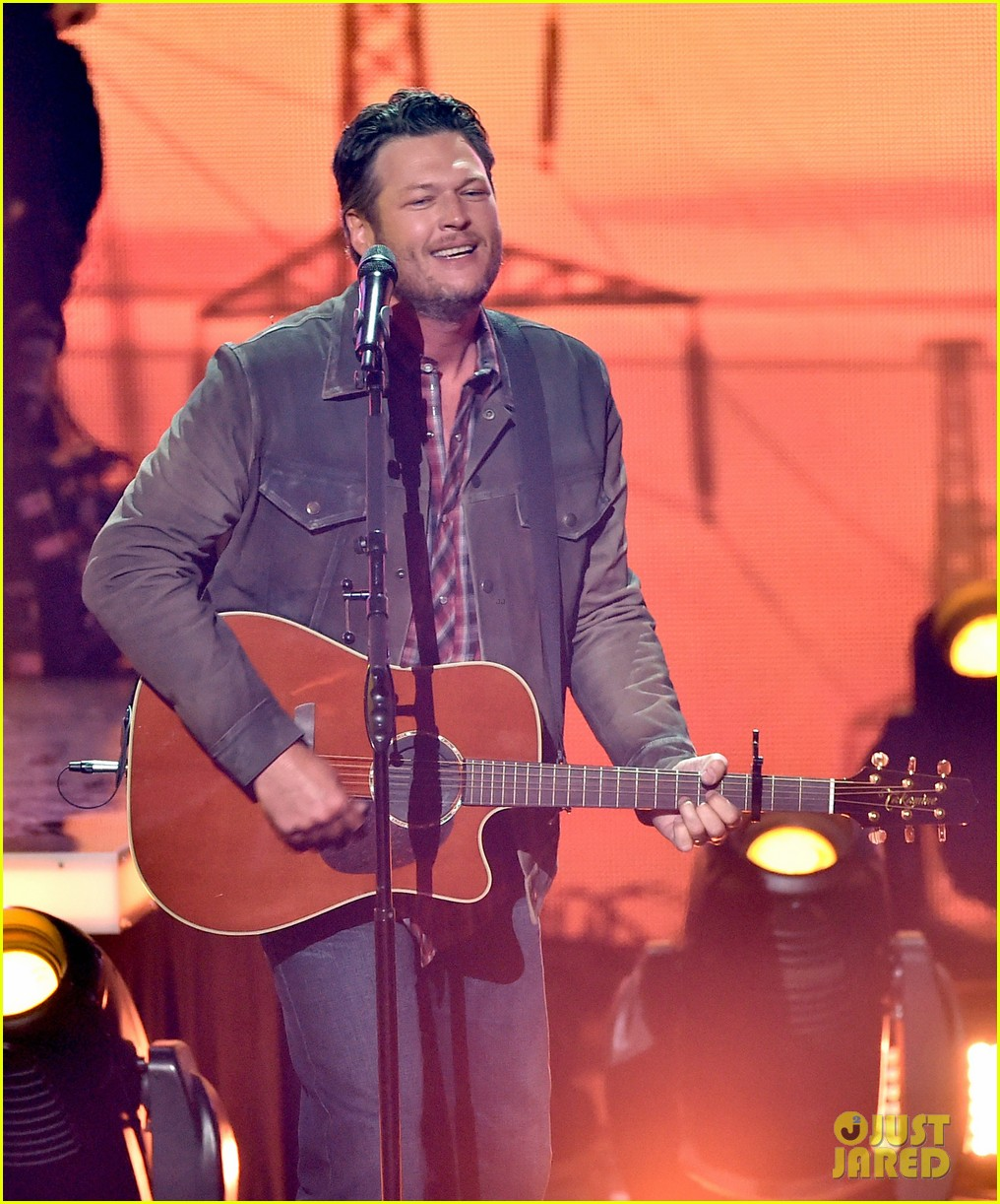 blake shelton iheartradio music awards 2014 08