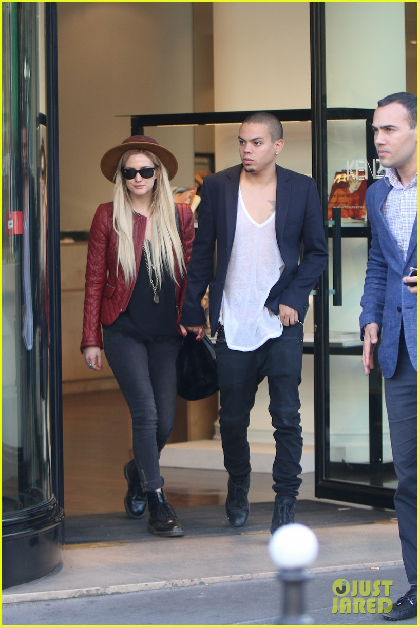 ashlee simpson joins fiance evan ross in paris for mockingjay 053108277