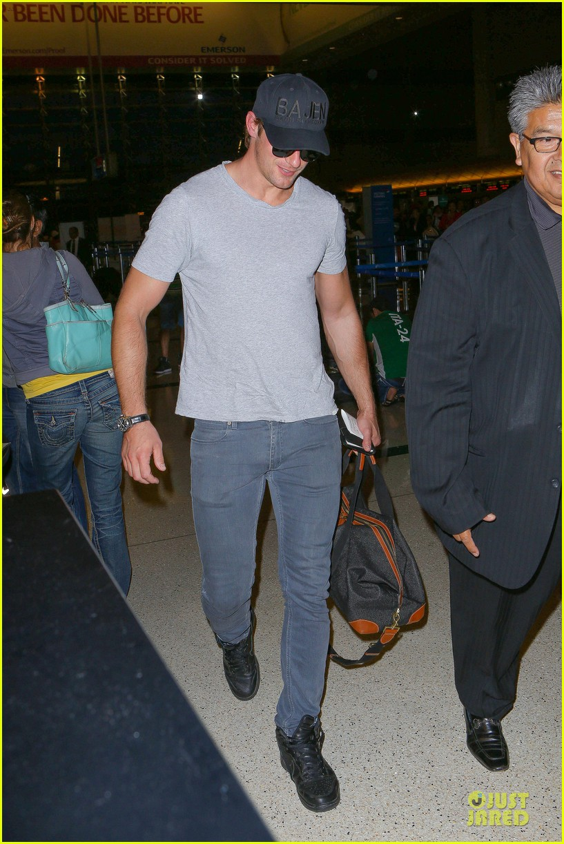 alexander skarsgard packs light lax departure 01