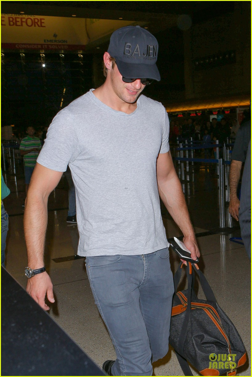 alexander skarsgard packs light lax departure 043120311