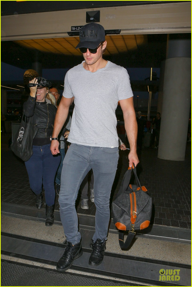 alexander skarsgard packs light lax departure 083120315
