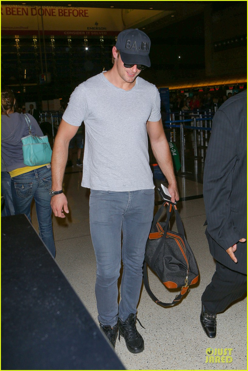 alexander skarsgard packs light lax departure 093120316