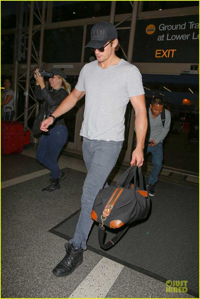 alexander skarsgard packs light lax departure 15