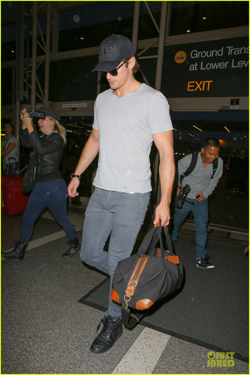 alexander skarsgard packs light lax departure 163120323