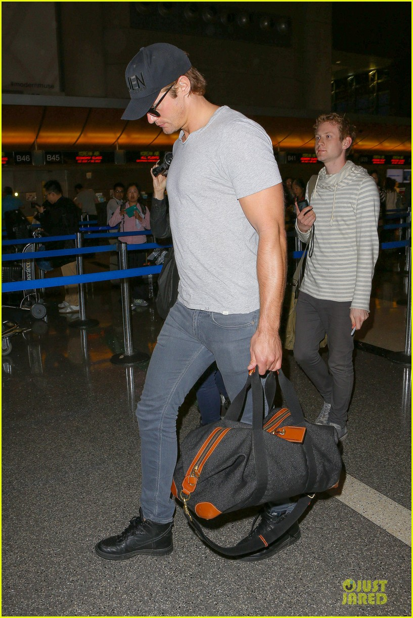 alexander skarsgard packs light lax departure 27