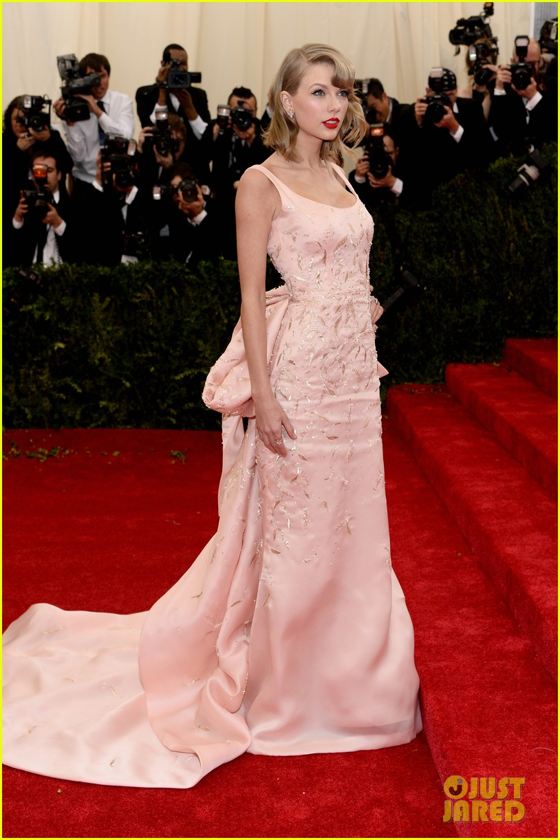 taylor swift makes grand entrance met ball 2014 01