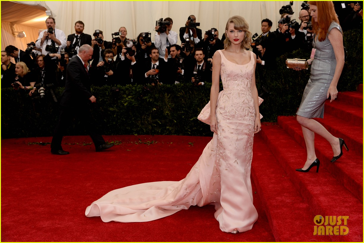 taylor swift makes grand entrance met ball 2014 03