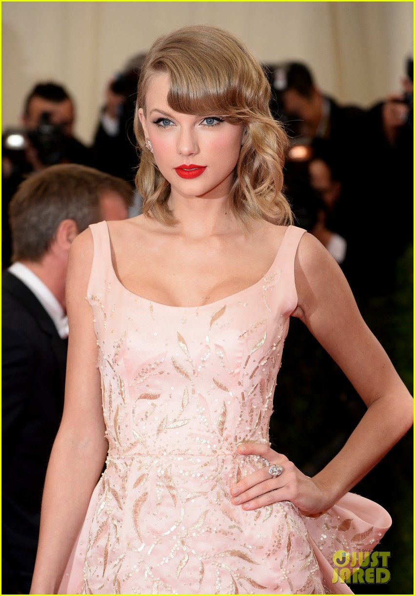 taylor swift makes grand entrance met ball 2014 04