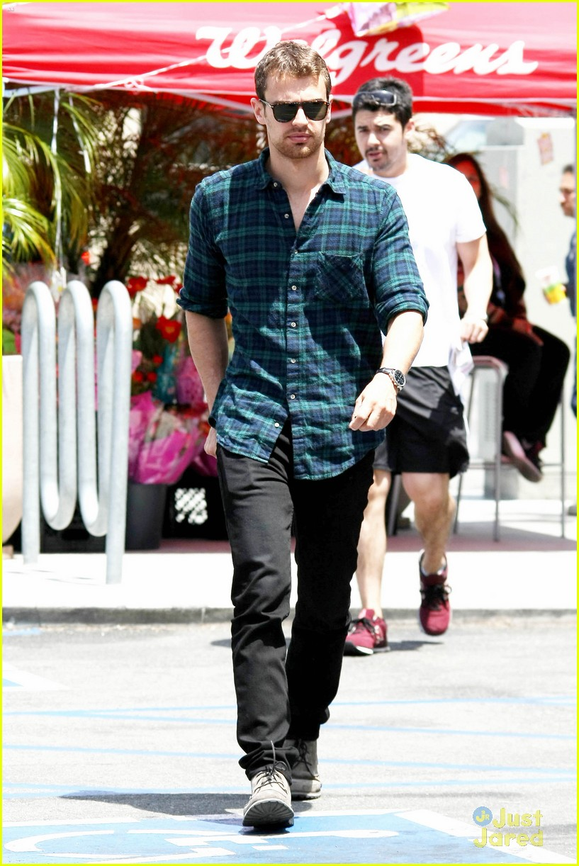 theo james runs errands los angeles 013109688