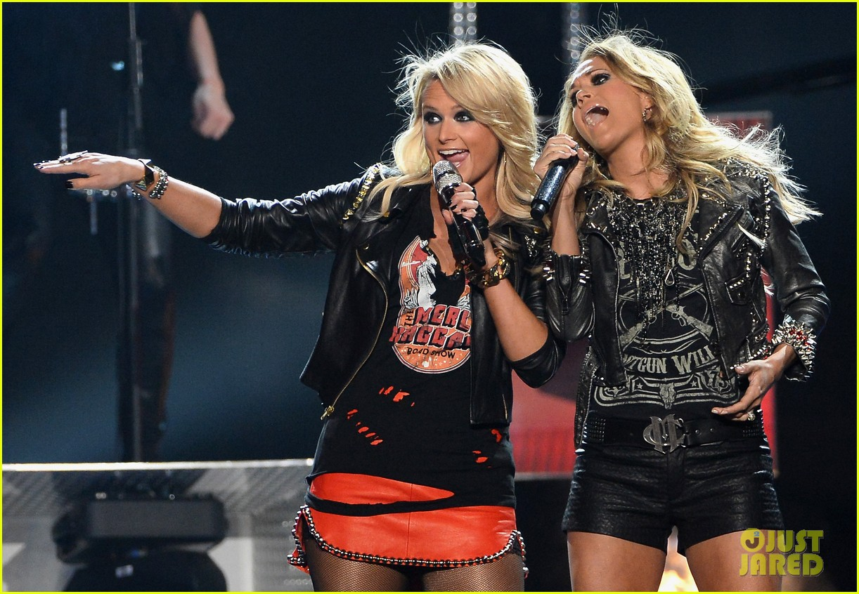 carrie underwood miranda lambert perform billboard music awards 2014 033116912