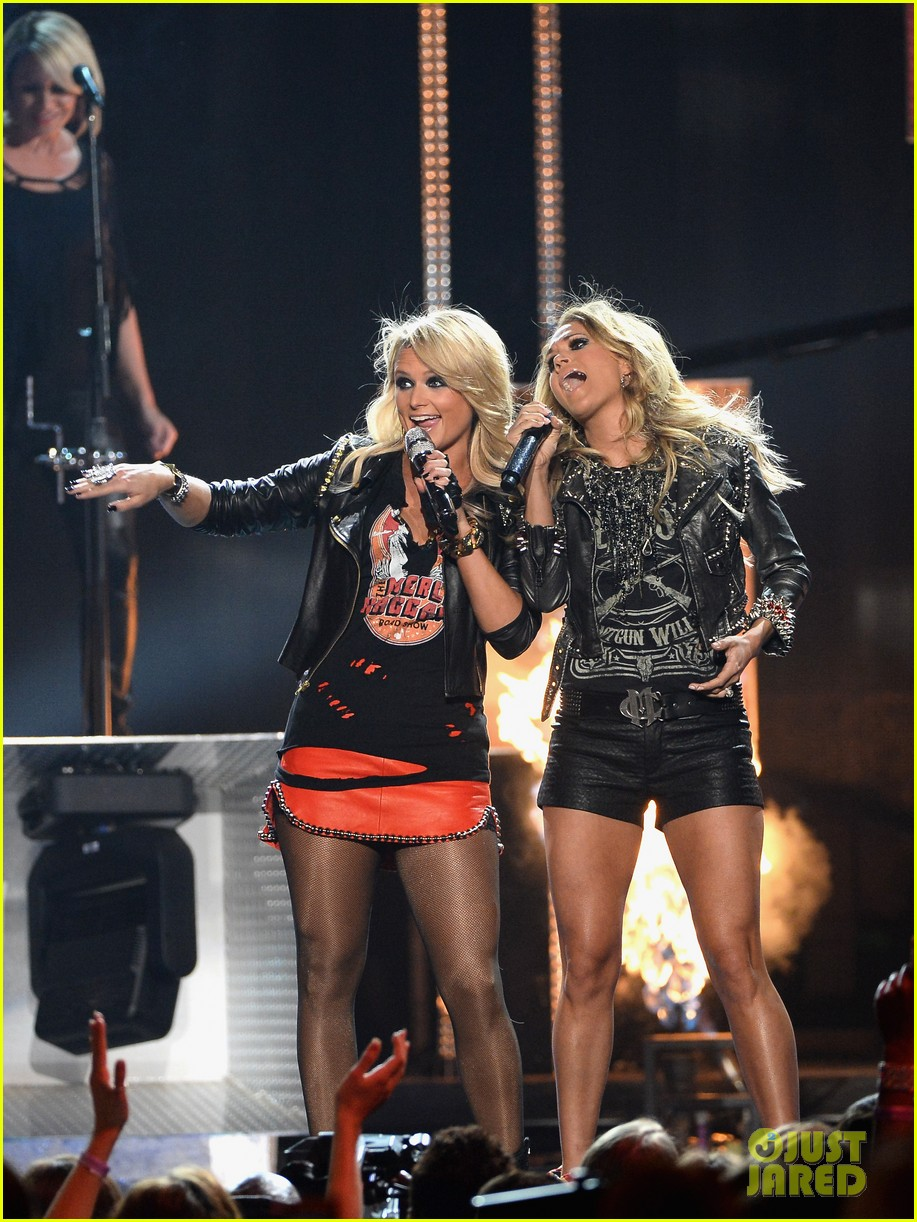 carrie underwood miranda lambert perform billboard music awards 2014 08
