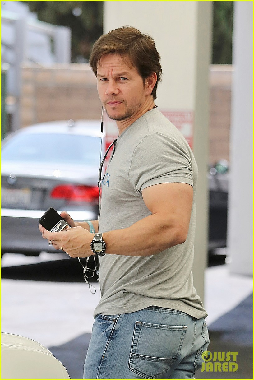 mark wahlbergs muscles are unbelievably huge 013124650