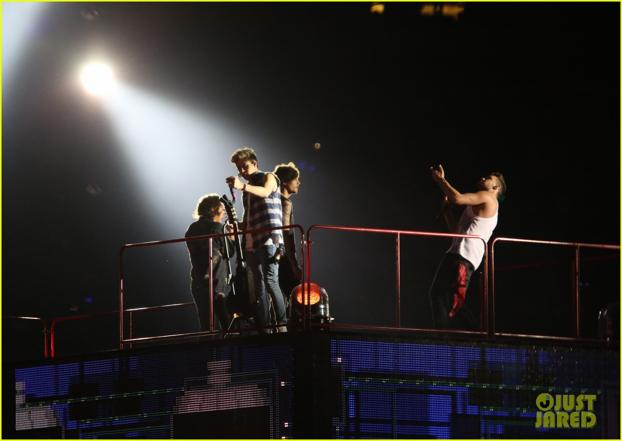 one direction wembly show two banana 18