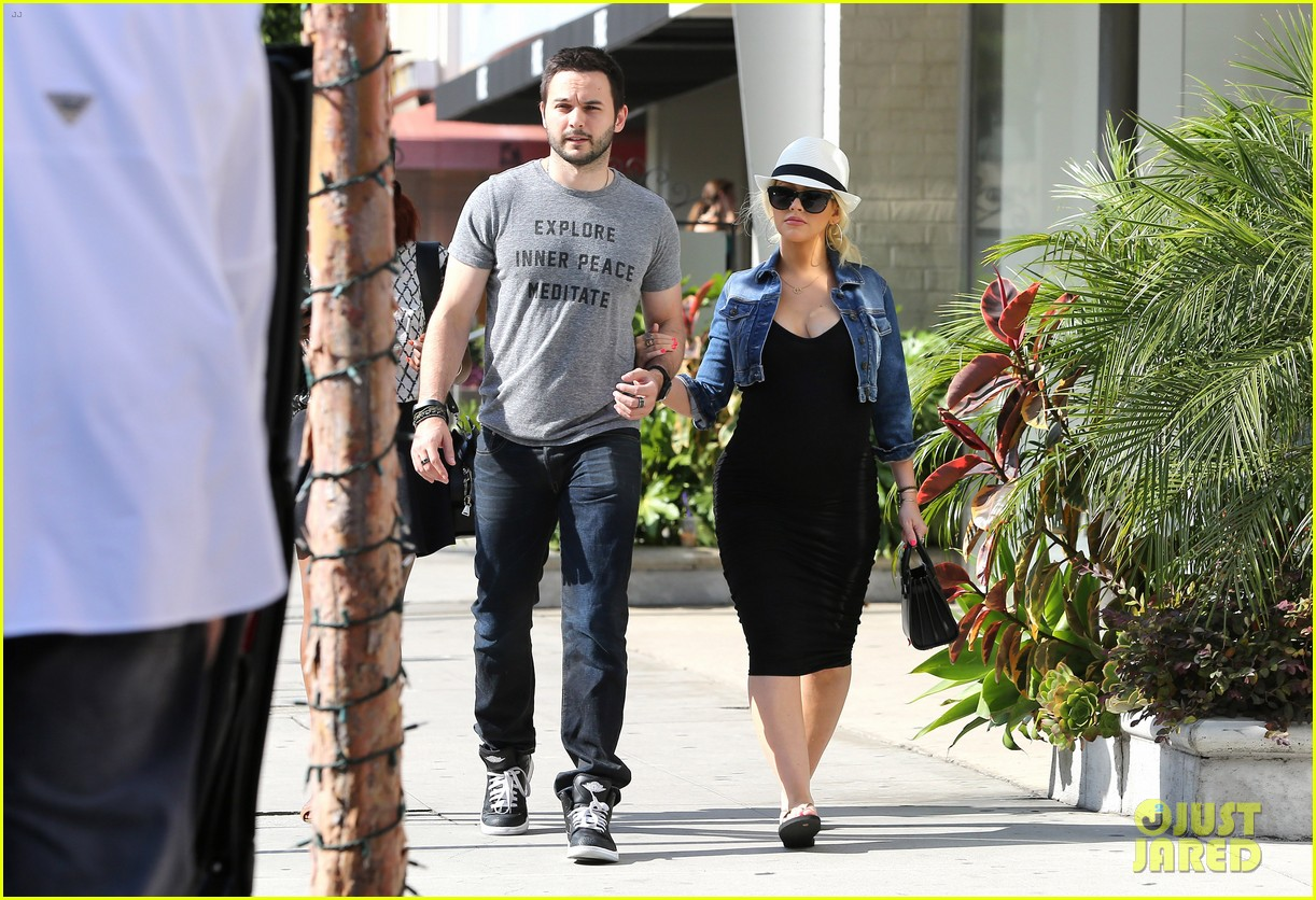 pregnant christina aguilera reveals large baby bump 22
