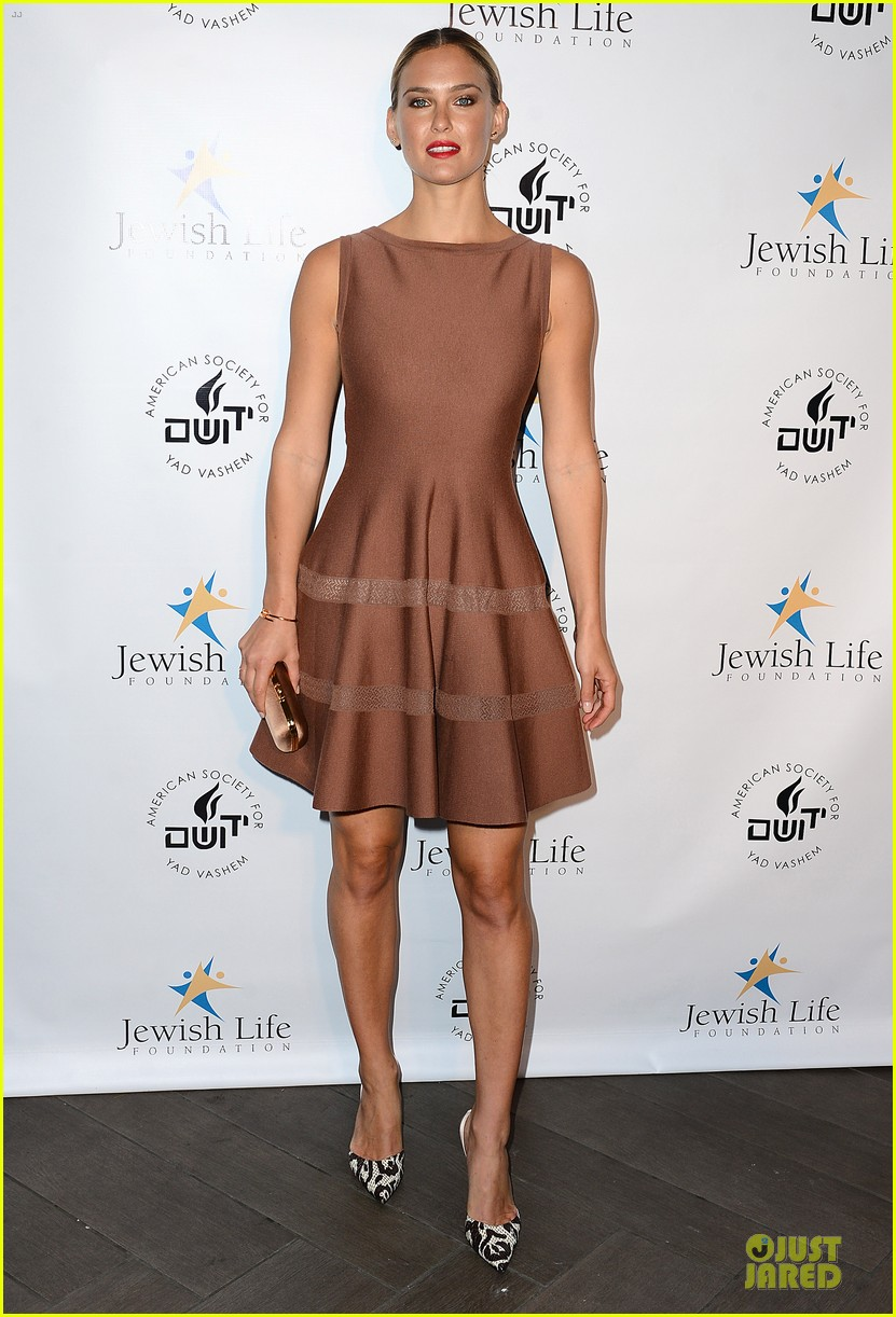 bar refaeli brings close knit family to hollywood gala 113131998