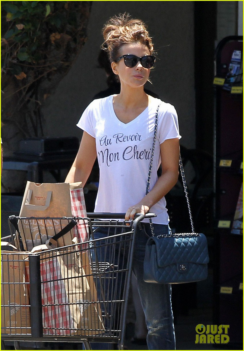kate beckinsale len wiseman stock up on groceries 02