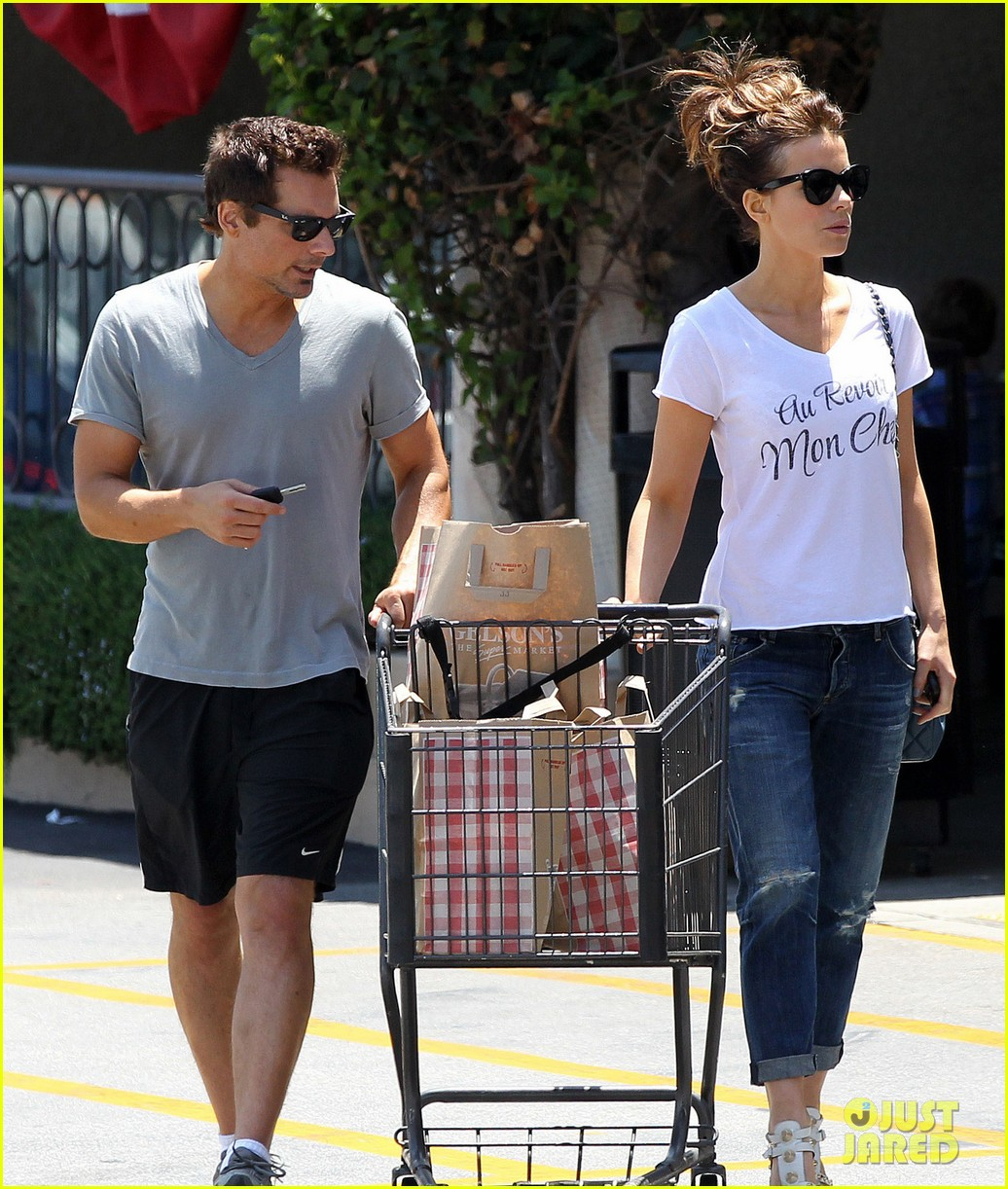 kate beckinsale len wiseman stock up on groceries 18