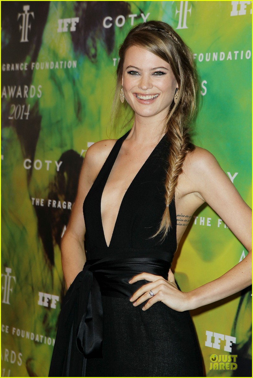 behati prinsloo fiance adam levine asked her dads permission to marry her 023136845