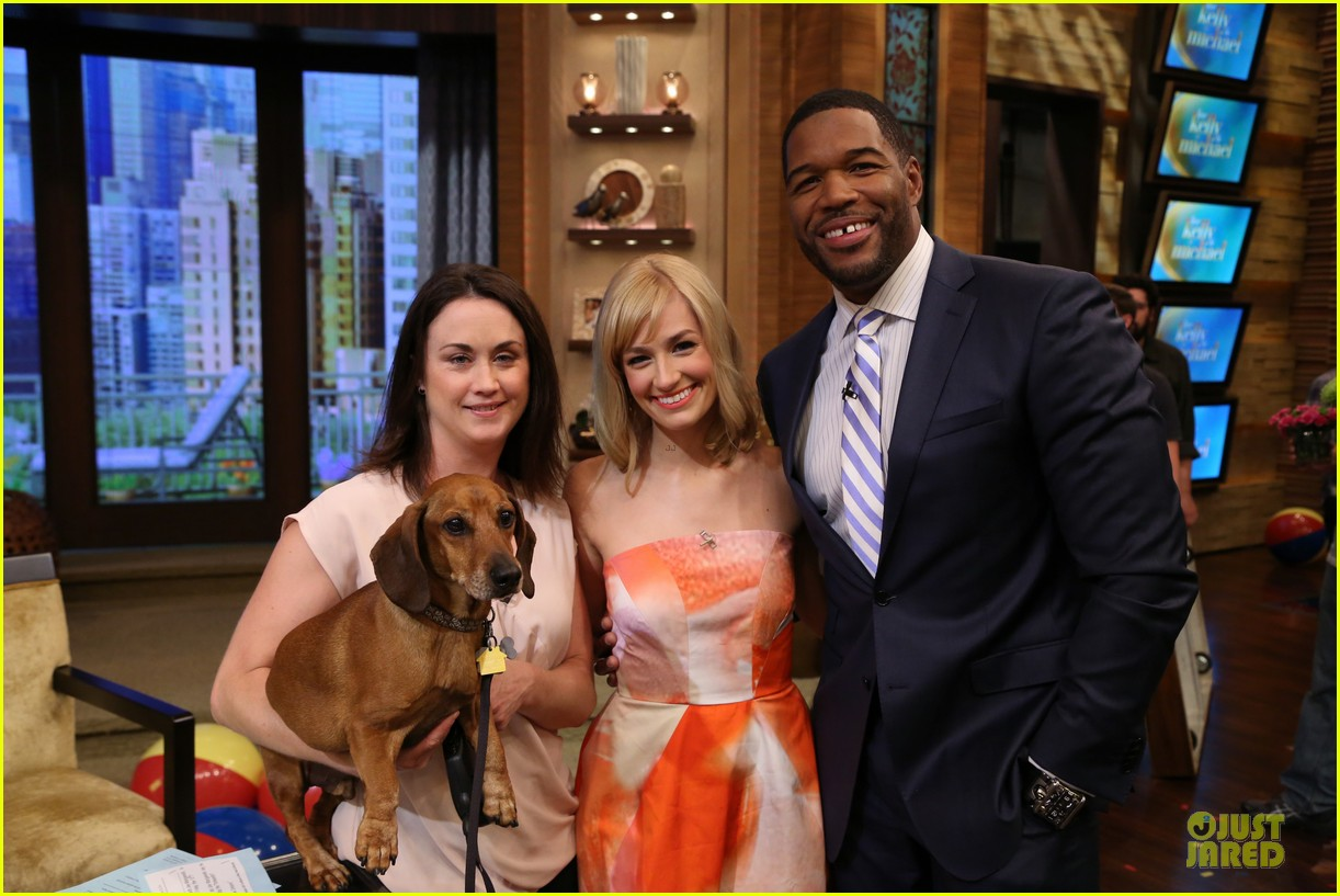 beth behrs looks happy to see obie 02