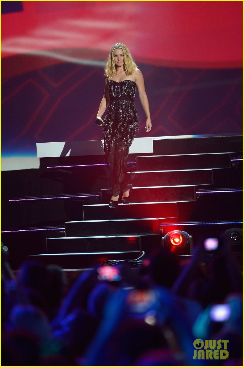 kristen bell sings during the cmt music awards opening 10