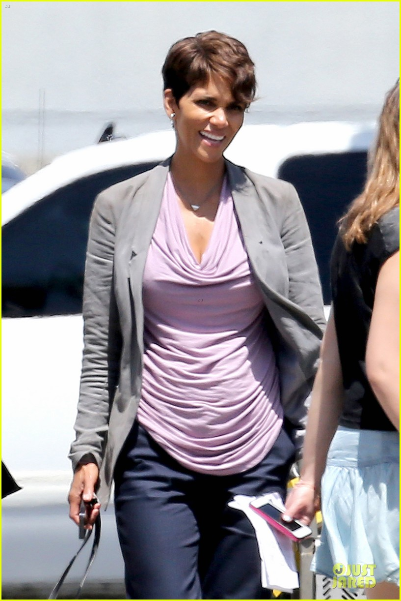 halle berry believes theres other life in the universe 073137495