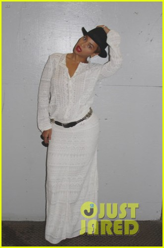 beyonce looks summer chic in white dress with fedora 01