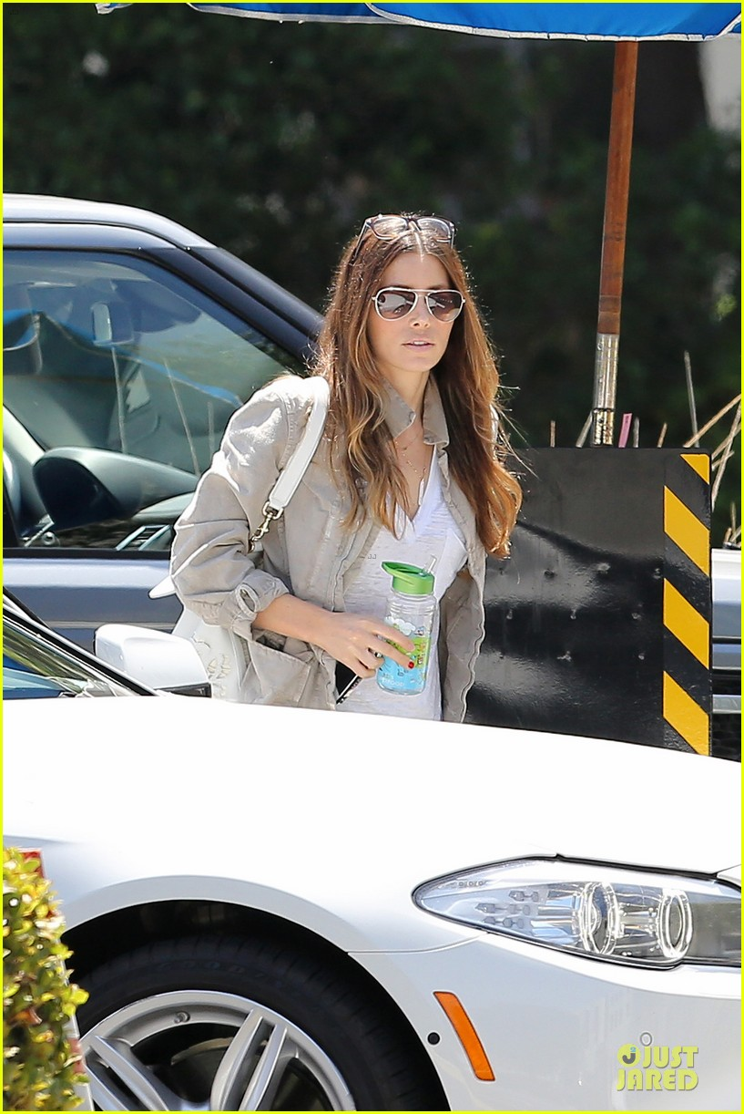 jessica biel finds justin timberlake at the golf course 163144973