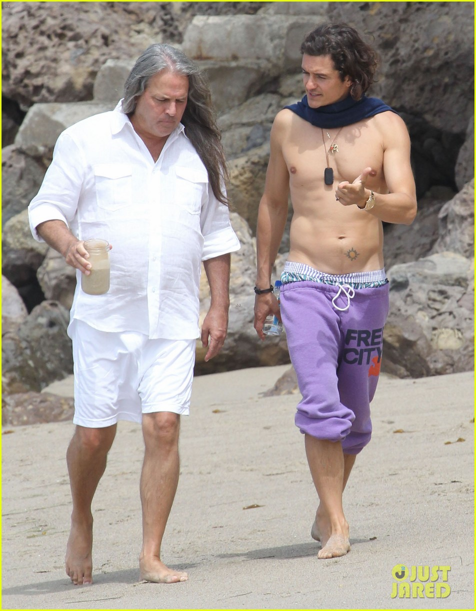 orlando bloom shirtless scarf beach 17