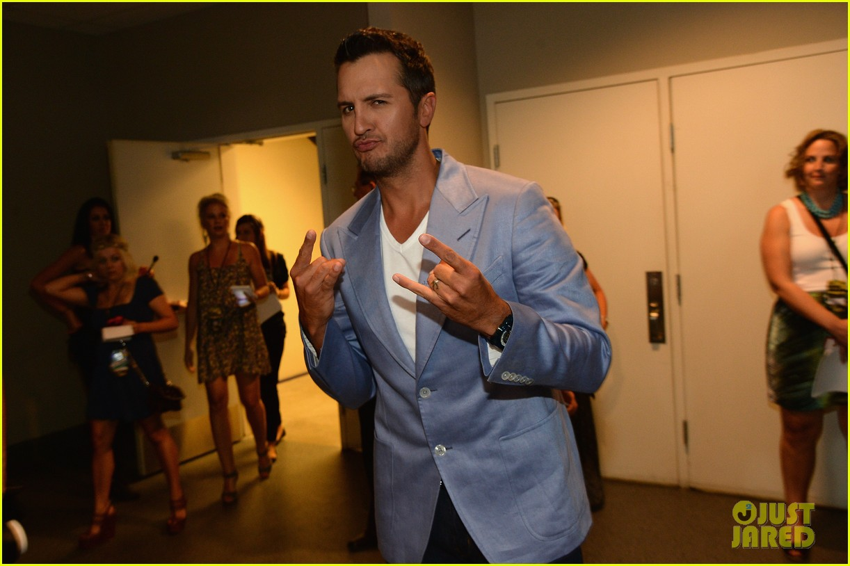 luke bryan takes wife caroline to cmt music awards 2014 12