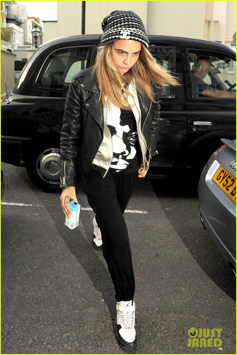 cara delevingne flips off paparazzi in london 063145485