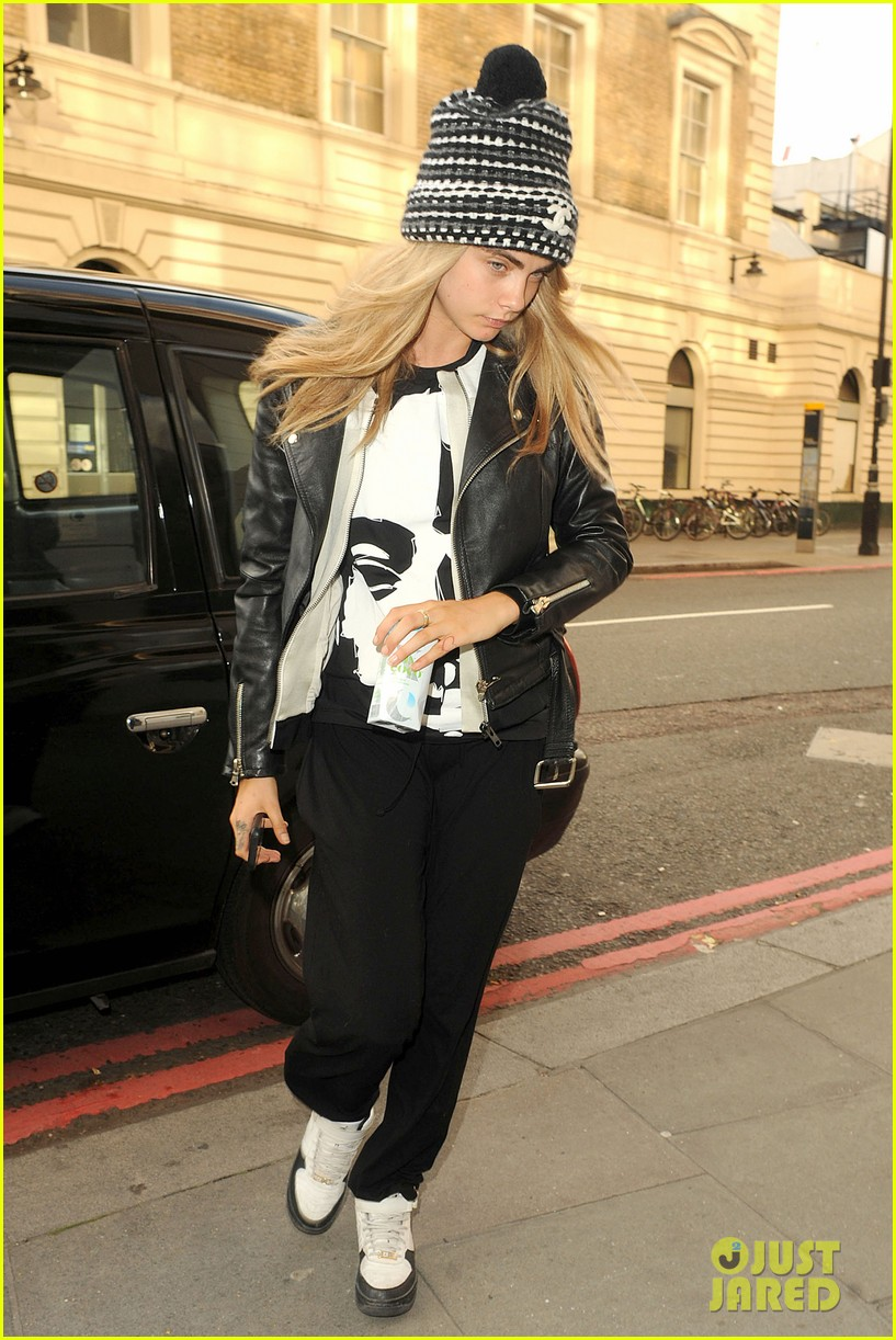 cara delevingne flips off paparazzi in london 14