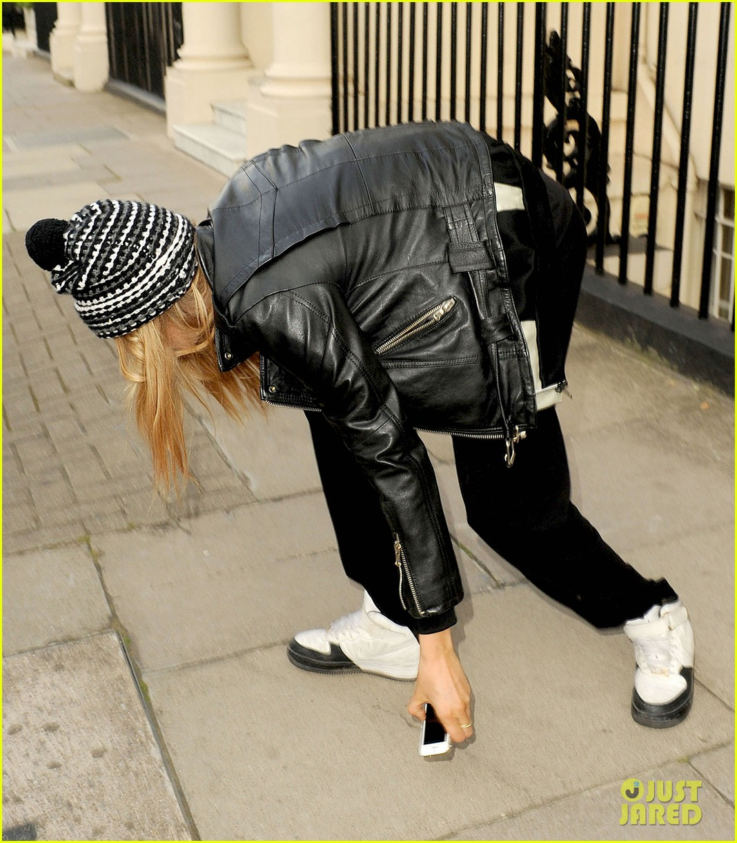 cara delevingne flips off paparazzi in london 253145504