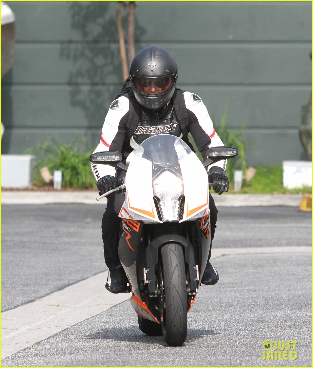 bradley cooper goes incognito in his motorcycle gear 19