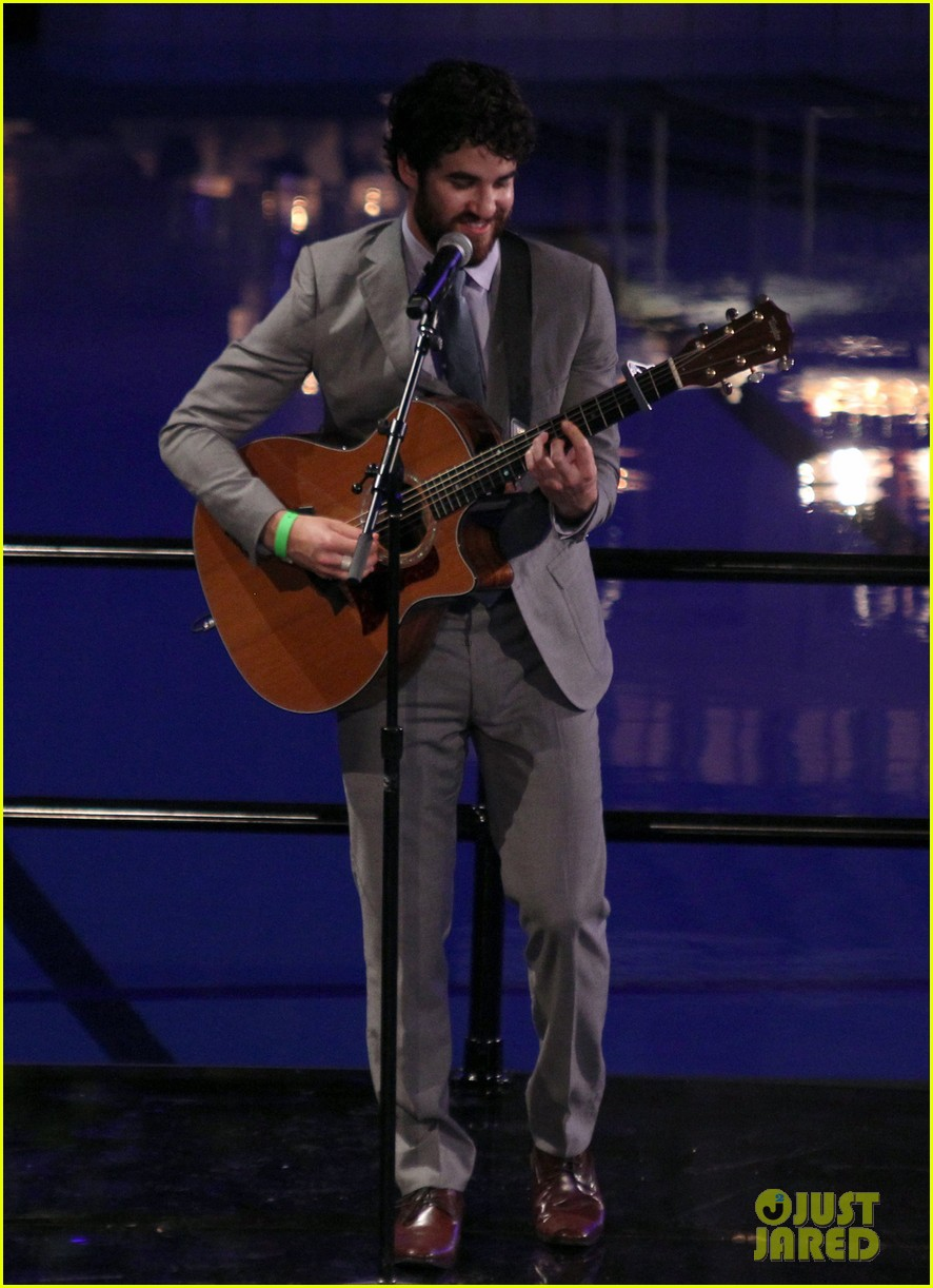 darren criss performs at wedding celebration prop 8 023145850