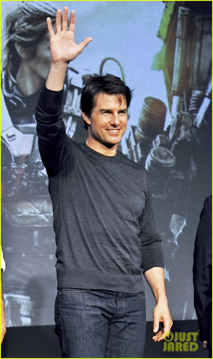 tom cruise joins edge of tomorrow director doug liman at tokyo press 143144580