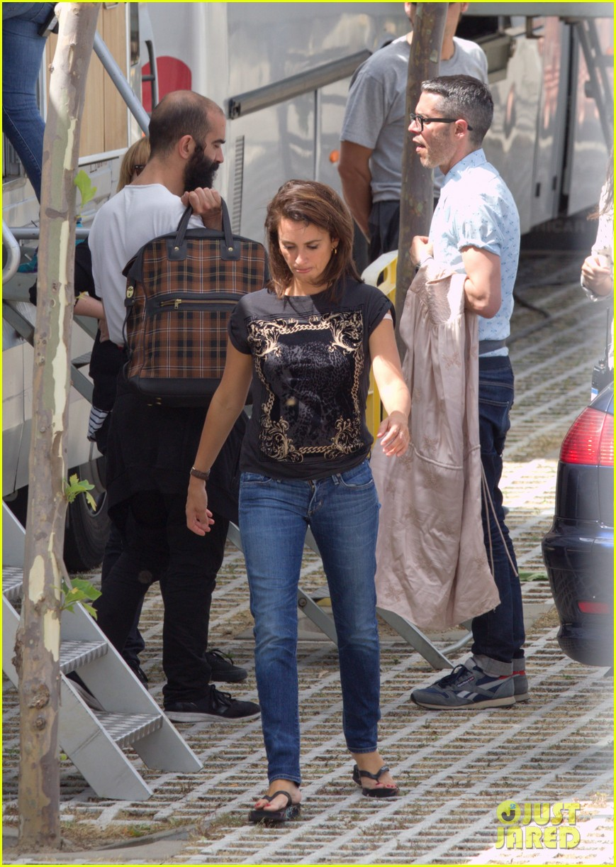 penelope cruz looks fresh faced beautiful on set 093128152