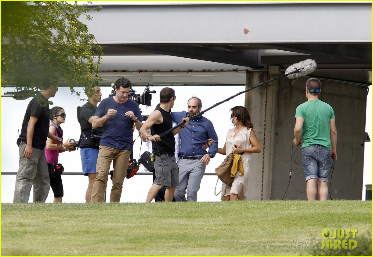 penelope cruz looks fresh faced beautiful on set 13