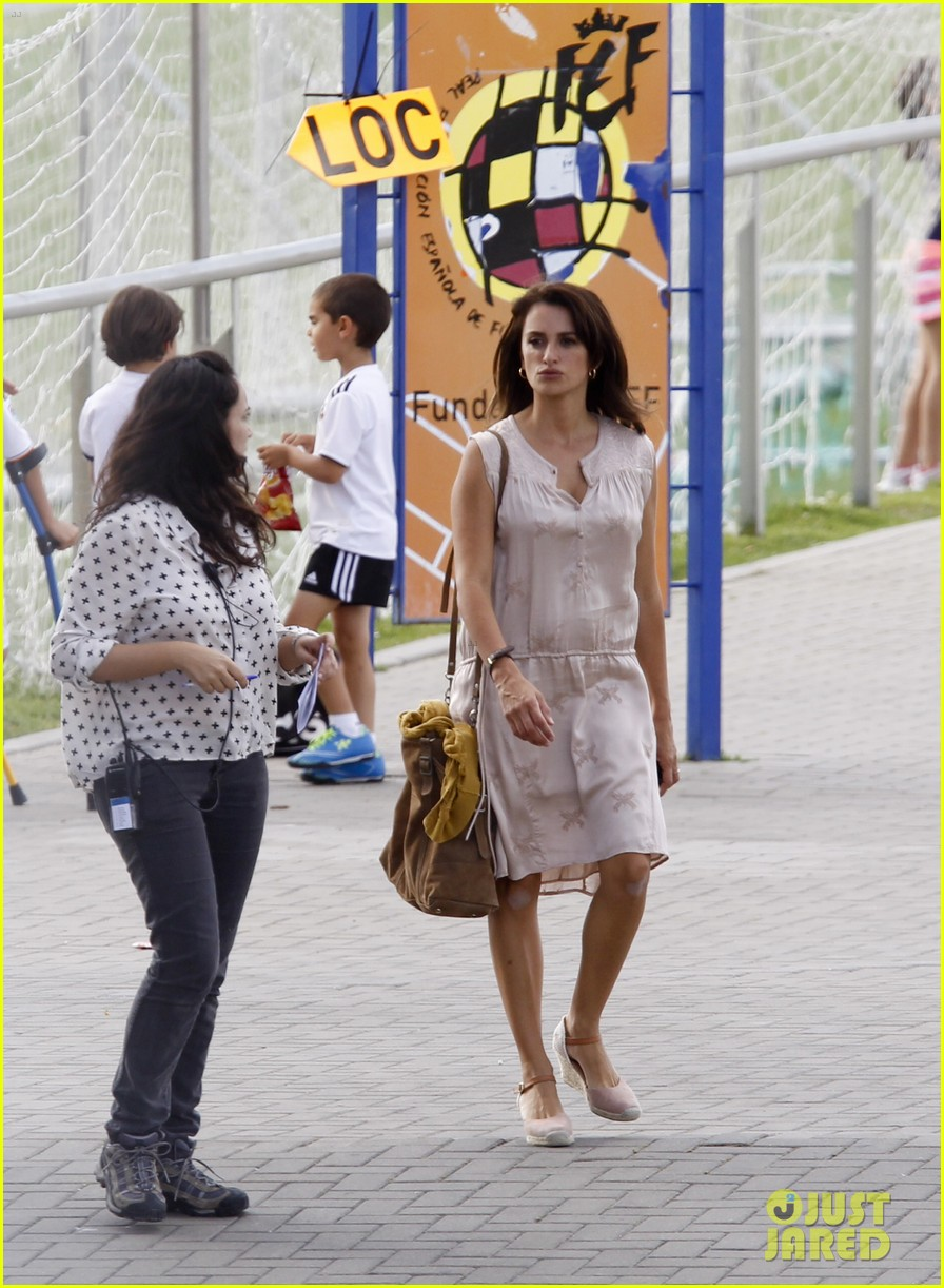 penelope cruz looks fresh faced beautiful on set 18