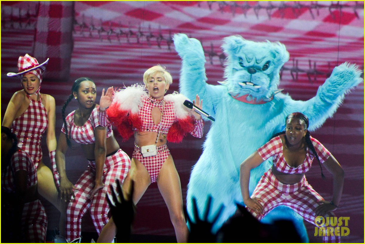 miley cyrus stop bullying love eachother belgium concert 19