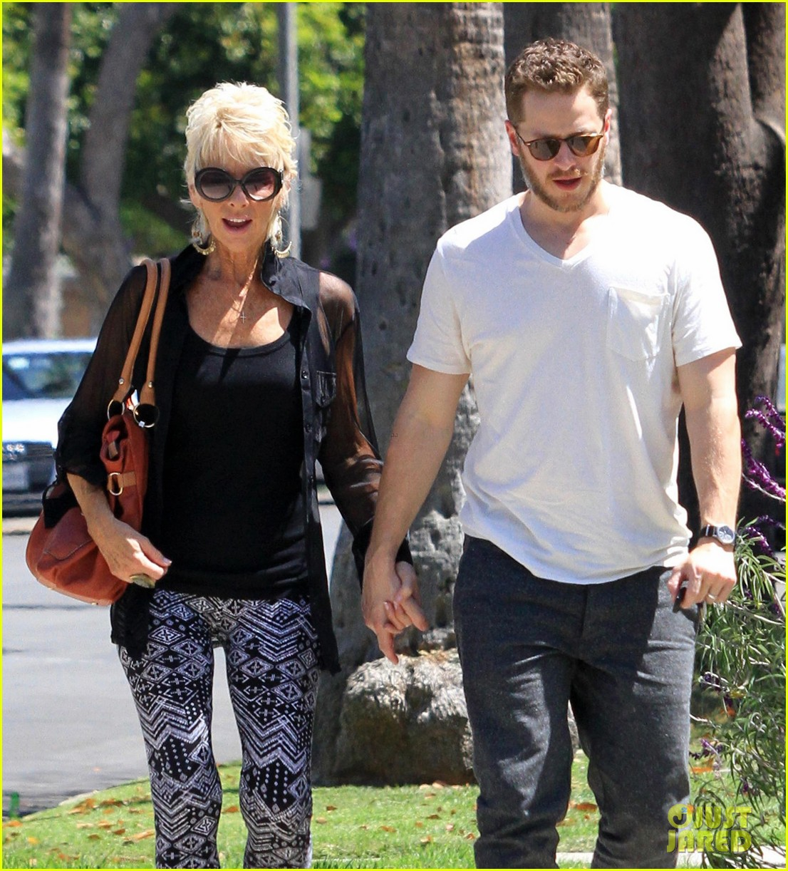 josh dallas holds his moms hand after baby oliver birth 08