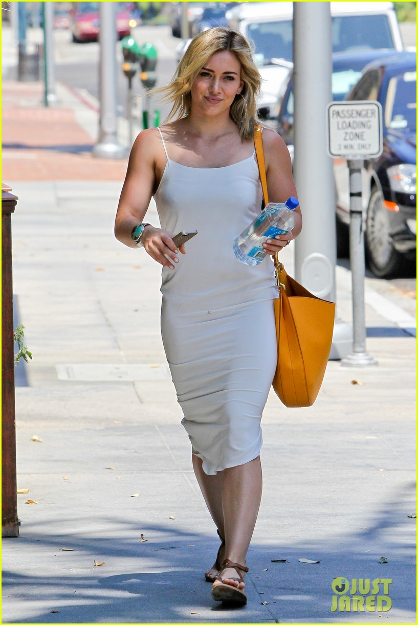 hilary duff cant seem to grab jonah hills attention 083147065