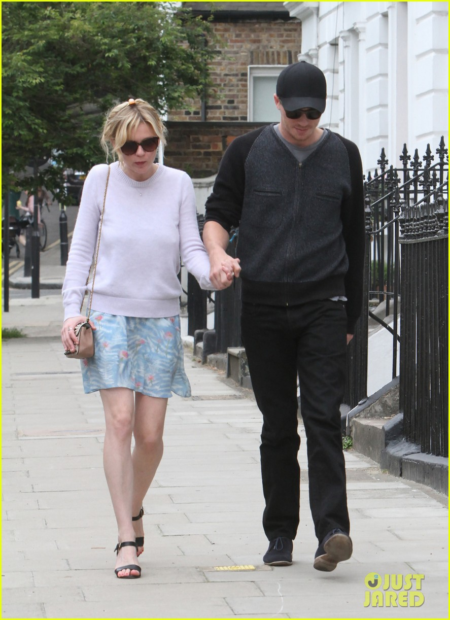 kirsten dunst garrett hedlund hold hands in london 033125597
