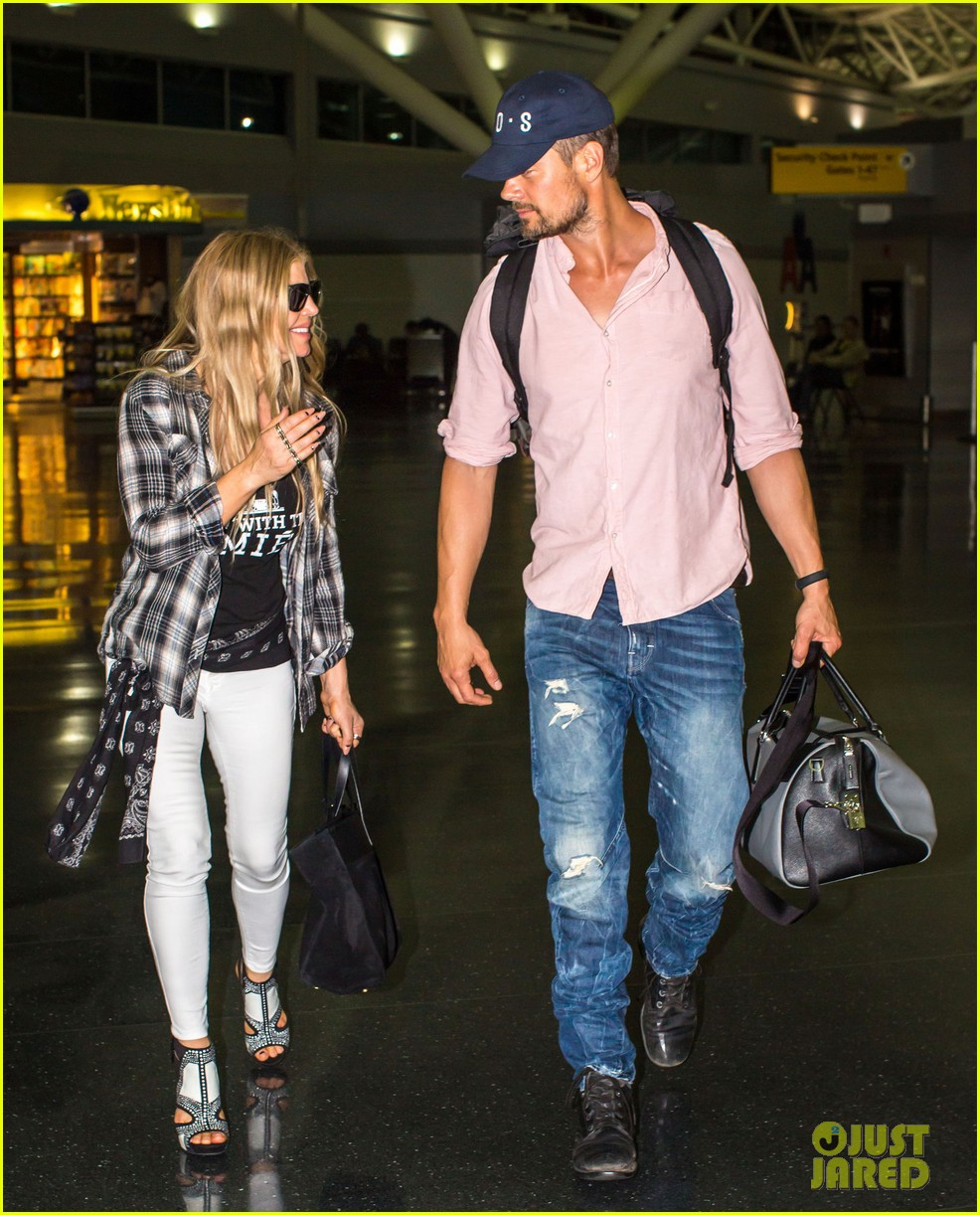 fergie gets the major giggles at the airport with josh duhamel 08